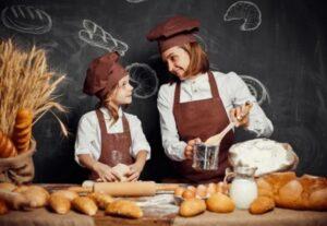 Взрослый иребенок замешивают тесто. фото