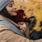 Женщина обнимает девушку. фото