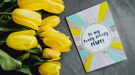 Окрытка с надписью и букет тюльпанов. фото