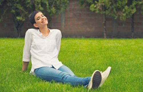 Молодая женщина улыбается. фото