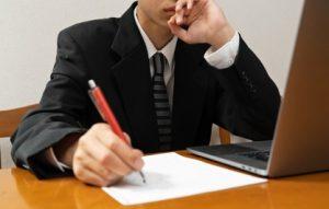 Человек за столом пишет