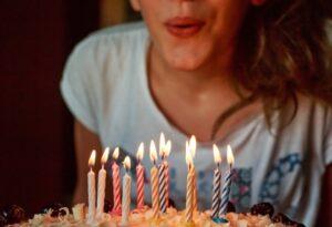 Губы, задувающие свечи на торте. фото