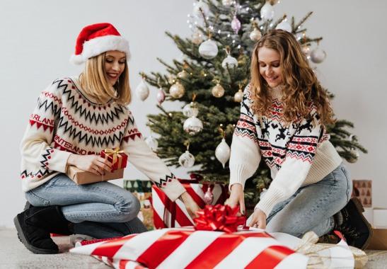Девушки упаковывают подарки. фото