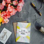 Поздравительная карточка, цветы и предметы для оформления. фото