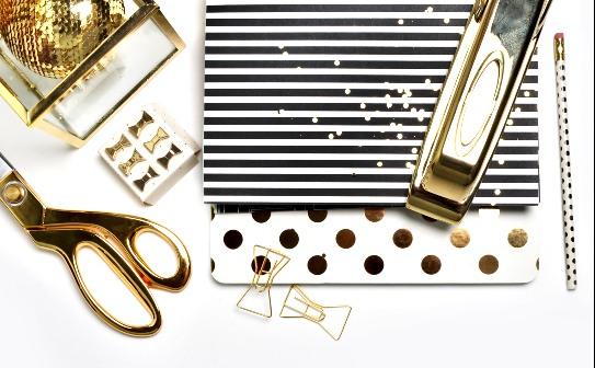 Елочное украшение, ножницы, нарядные карточки, скрепки, степлер. фото