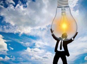 Силуэт мужчины держащего зажженную лампочку. иллюстрация