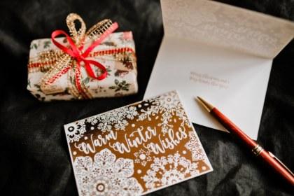 Презент в коробке и поздравительная карточка. фото