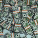 Россыпь долларов в пачках. иллюстрация