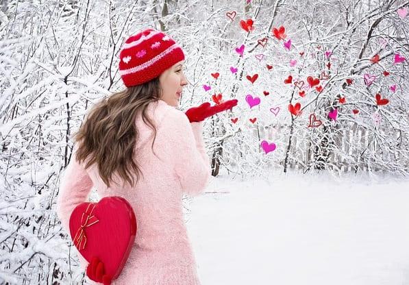 Девушка и сердечки. фото