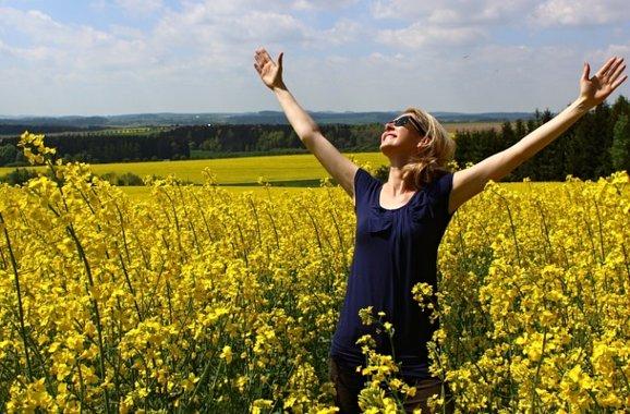 Женщина радуется. фото