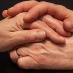 Протянутые друг другу руки. фото