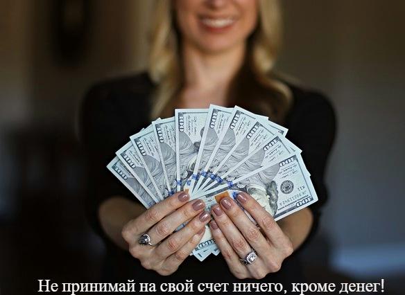 Руки держат долларовые купюры. фото