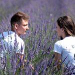 Парень с девушкой в поле. фото
