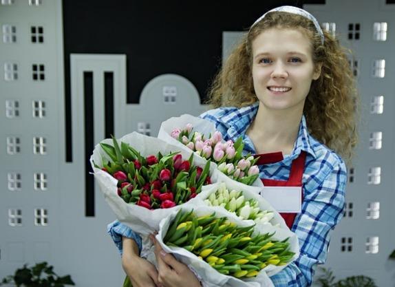 Девушка держит тюльпаны. фото