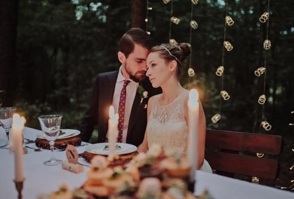 Мужчина и женщина за столом. фото