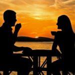Мужской и женский силуэты за столом. иллюстрация