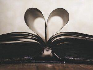 Открытая книга со скрученными страницами. фото