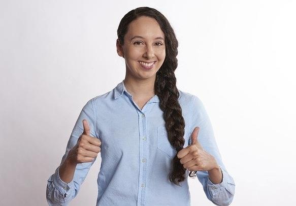 Девушка с поднятыми вверх пальцами. фото