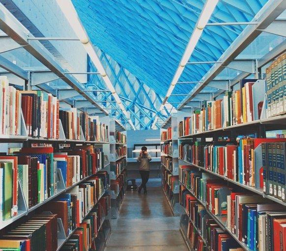 Ряды книжных полок. фото