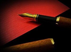 Перьевая ручка на нарядной бумаге. фото