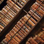 Полки со старыми книгами. иллюстрация