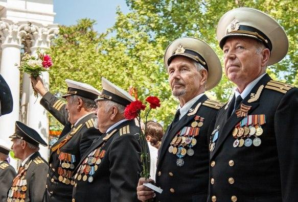 Пожилые военные в парадной форме. фото