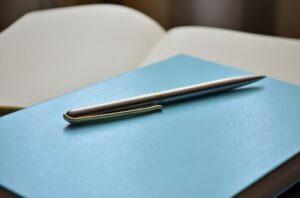 Листы бумаги и ручка. иллюстрация