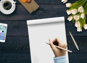 Рука с карандашом над листом бумаги. иллюстрация