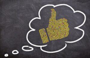 Рука с поднятым вверх большим пальцем в диалоговом облаке. иллюстрация