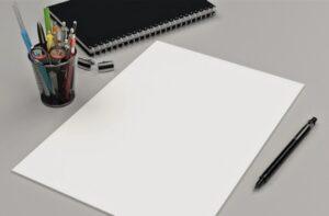 Офисные предметы на столе: ручка и бумага. фото