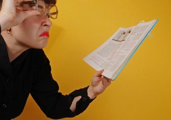 Женщина с книгой в руке. фото