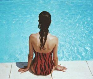 Женская фигура со спины. фото