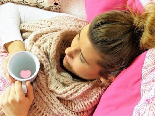 Девушка с чашкой и в шарфе. фото