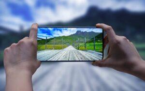 Руки держат смартфон, который фотографирует природу. иллюстрация