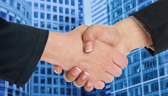 Скрепленные руки на фоне стеклянного здания. иллюстрация