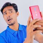 Мужчина смотрит в камеру смартфона. фото