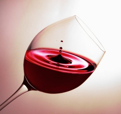 Бокал с напитком красного цвета. иллюстрация